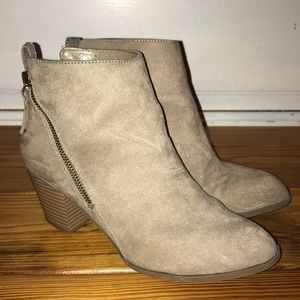 Express Booties Boots Faux Suede Cute 8 Tan EUC